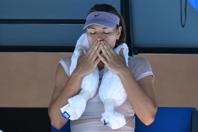 """Mỹ nhân phơi """"da thịt"""" ở Australian Open: Đẹp là khổ - 1"""