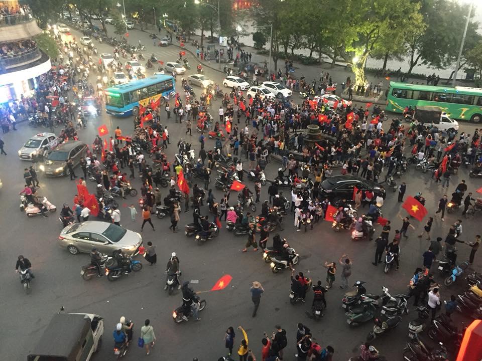 U23 Việt Nam vào chung kết, người hâm mộ đổ xô ra đường ăn mừng chiến thắng - 3