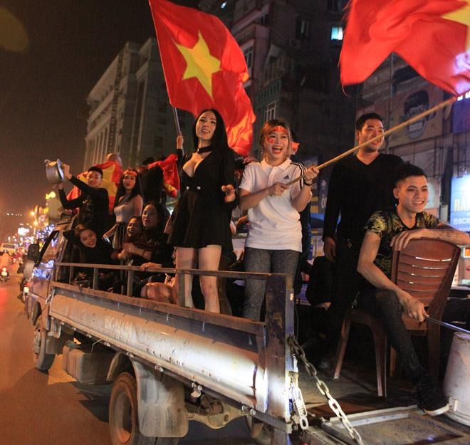 Váy siêu ngắn của fan nữ U23 Việt Nam hot nhất đường phố
