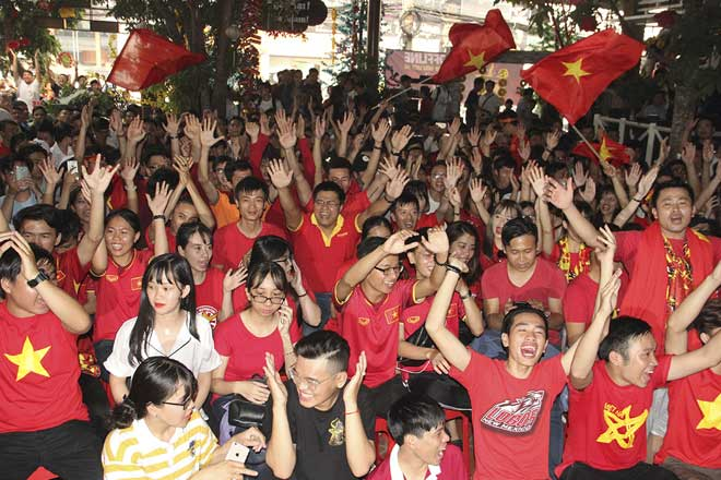 U23 Việt Nam thăng hoa, vào chung kết châu Á: Fan hôn nhau ăn mừng - 1