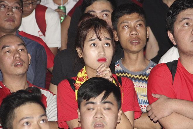 U23 Việt Nam thăng hoa, vào chung kết châu Á: Fan hôn nhau ăn mừng - 2