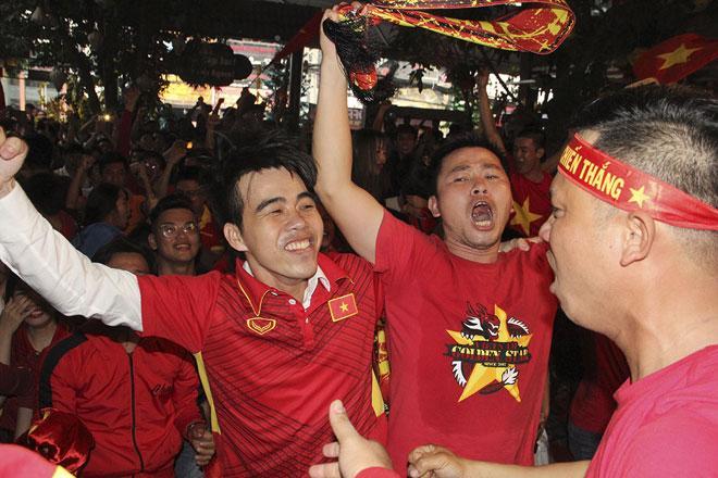 U23 Việt Nam thăng hoa, vào chung kết châu Á: Fan hôn nhau ăn mừng - 3