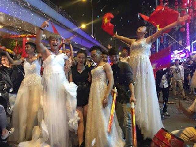 Con trai Hà Nội mặc váy cưới tưng bừng mừng chiến thắng U23 Việt Nam