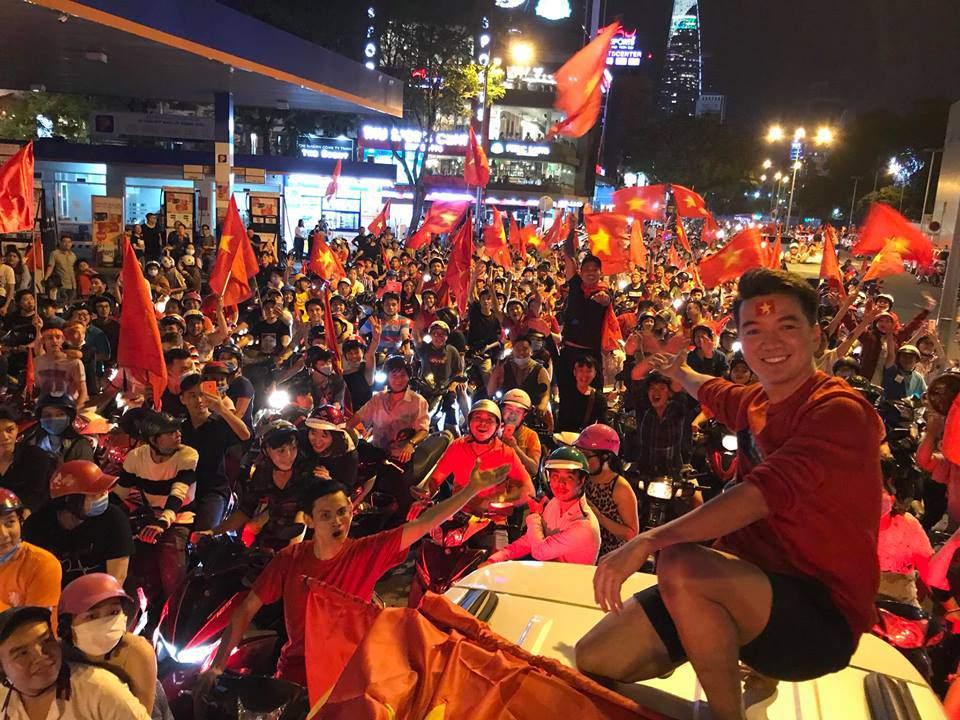 Đàm Vĩnh Hưng, Lệ Quyên hủy show để cổ vũ U23 Việt Nam đá chung kết