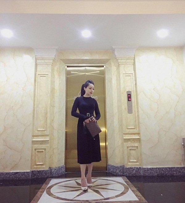 """Bạn gái hậu vệ Vũ Văn Thanh đẹp như hoa hậu, chơi đồ hiệu """"sang chảnh hết nấc"""" - 9"""