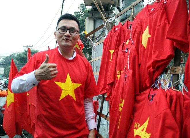 """Người Sài Gòn ùn ùn đi mua cờ, băng rôn cổ vũ U23 Việt Nam """"lấy vàng"""""""