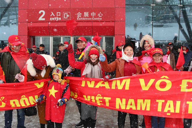 Cập nhật mới nhất từ Thường Châu: Cổ động viên đội mưa tuyết đến sân cổ vũ U23 Việt Nam - 3