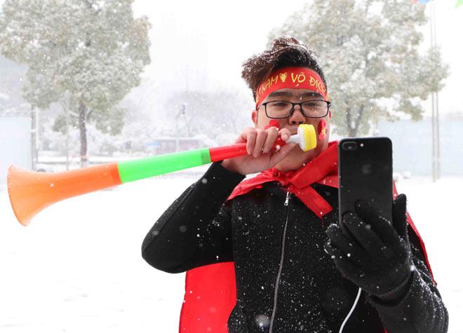Cập nhật mới nhất từ Thường Châu: Cổ động viên đội mưa tuyết đến sân cổ vũ U23 Việt Nam - 4