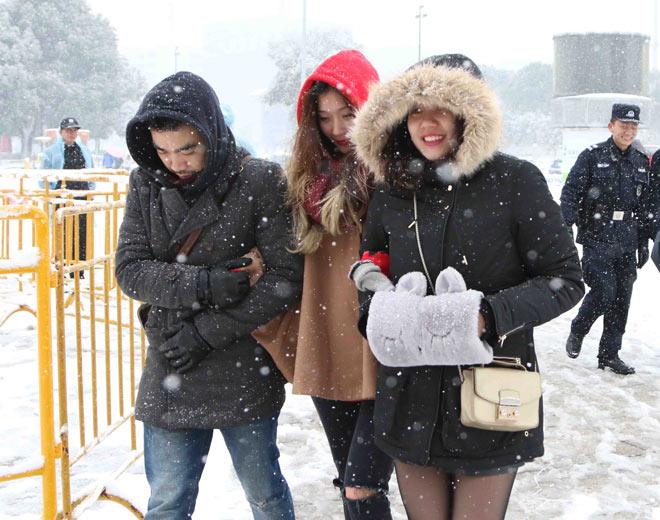 Cập nhật mới nhất từ Thường Châu: Cổ động viên đội mưa tuyết đến sân cổ vũ U23 Việt Nam - 7