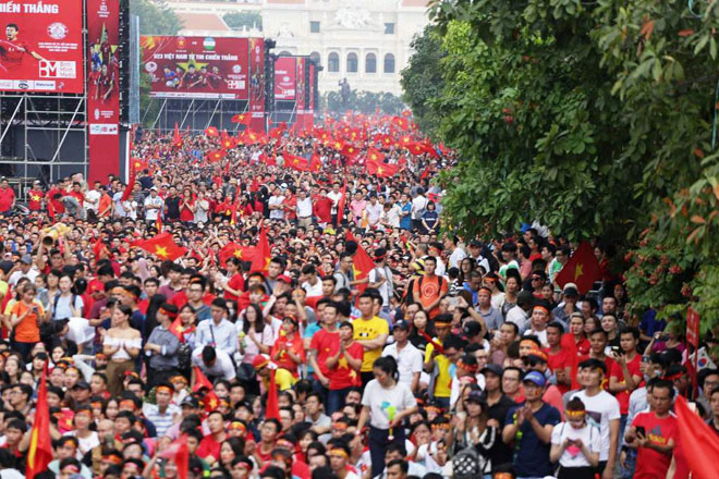 """Nhóm cổ động viên có hành động """"lạ"""" tại phố đi bộ sau trận chung kết"""