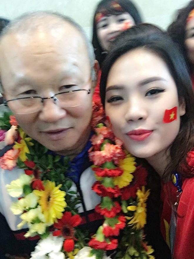 """Ghen tị với cô gái được """"selfie"""" thân mật cùng Tiến Dũng, Xuân Trường - 3"""