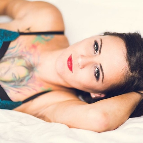 Phát sốt vì nữ nhân viên hỏa xa xinh đẹp thích chụp nude