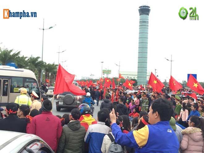Trực tiếp U23 Việt Nam về nước 28/1: Chuyên cơ đã hạ cánh, CĐV sung sướng chờ đón - 5