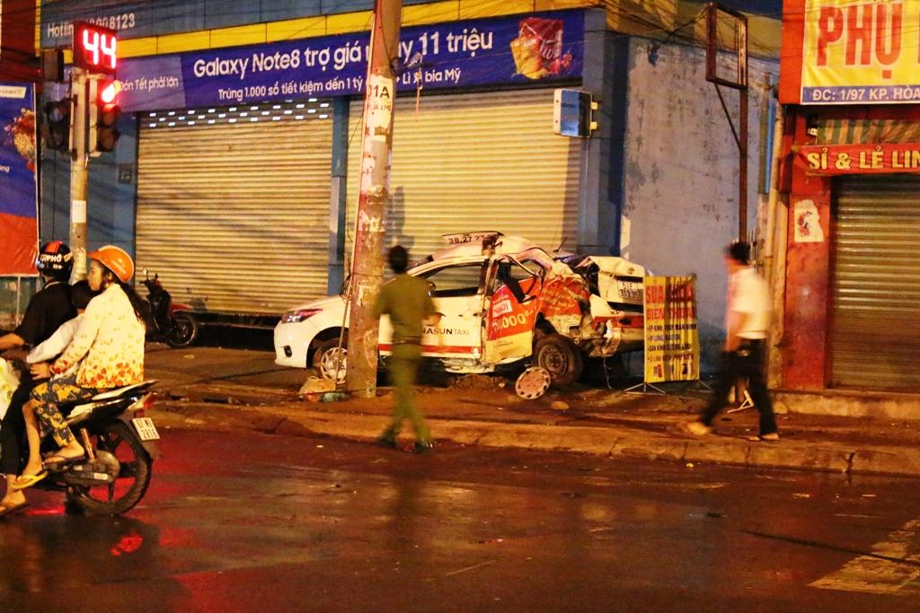 Đậu taxi trên vỉa hè ngủ, tài xế vẫn bị tông chết