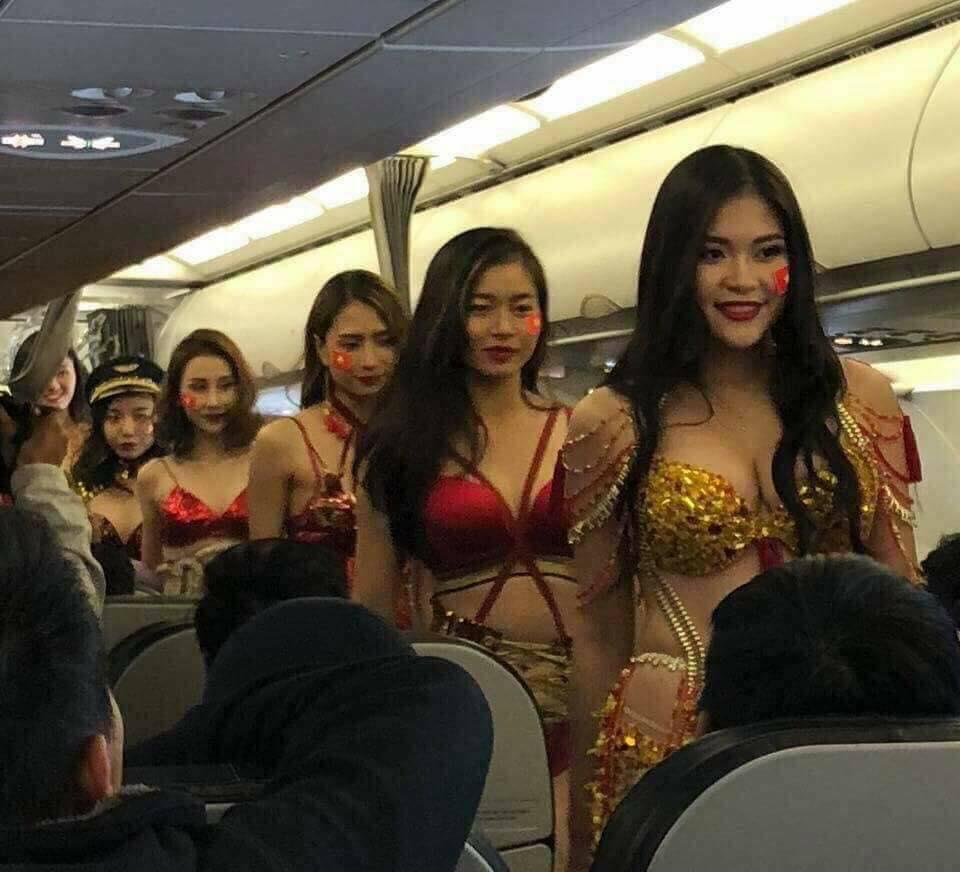 Báo nước ngoài đăng vụ bikini phản cảm trên máy bay đón U23 VN - 2