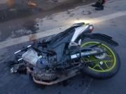 Tin tức trong ngày - Xe máy gãy đôi sau cú tông trực diện vào ô tô tải