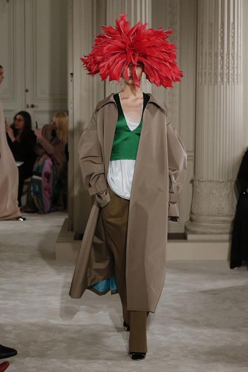 """Mũ đội đầu cực dị """"phá đảo"""" sàn diễn thời trang cao cấp Paris - 5"""