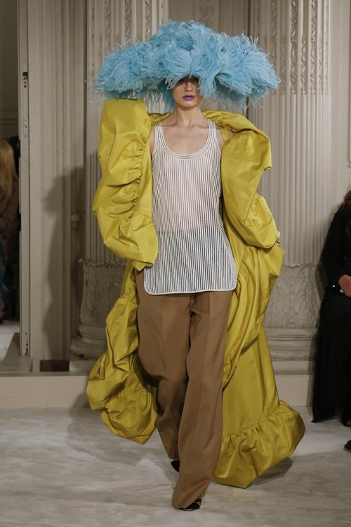 """Mũ đội đầu cực dị """"phá đảo"""" sàn diễn thời trang cao cấp Paris - 3"""