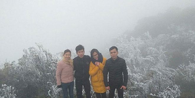 Du khách thích thú ngắm tuyết rơi trên đỉnh Mẫu Sơn - 7