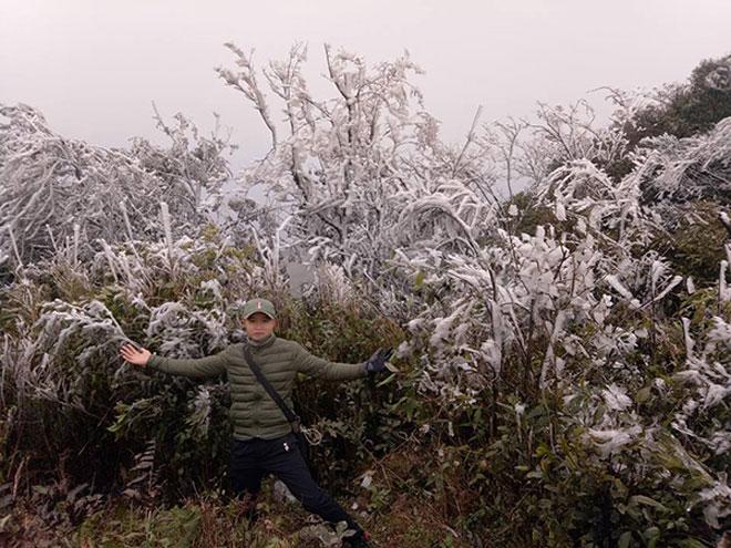 Du khách thích thú ngắm tuyết rơi trên đỉnh Mẫu Sơn - 8