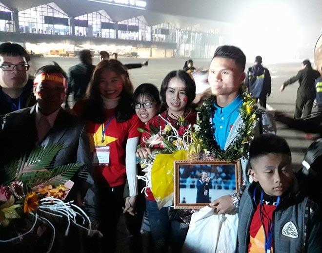 U23 Việt Nam về quê: Văn Đức, Công Phượng choáng ngợp vì CĐV 6