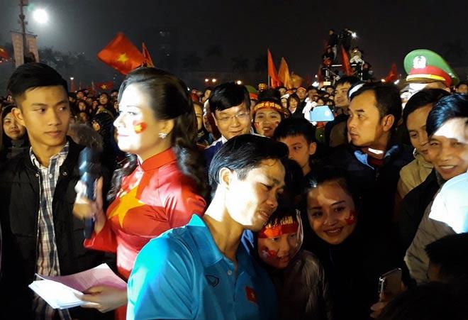 U23 Việt Nam về quê: Văn Đức, Công Phượng choáng ngợp vì CĐV 1