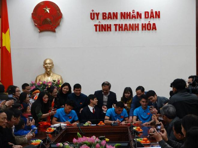 U23 Việt Nam về quê: Văn Đức, Công Phượng choáng ngợp vì CĐV 16