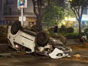 """Tin tức trong ngày - Ô tô chở 4 người nước ngoài lật như phim sau tai nạn """"kép"""""""