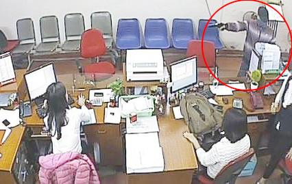 """Manh mối bất ngờ giúp cảnh sát """"vạch mặt"""" tên cướp dọa nổ bom ngân hàng - 2"""