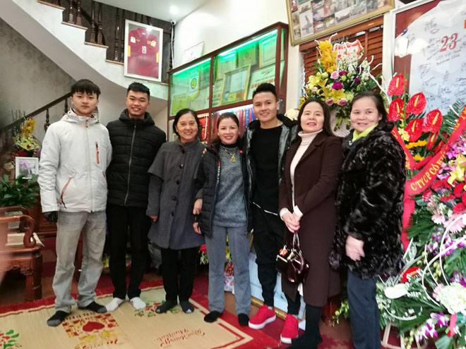 Người hùng Quang Hải bất ngờ bắt taxi, về nhà trong lặng lẽ - 2