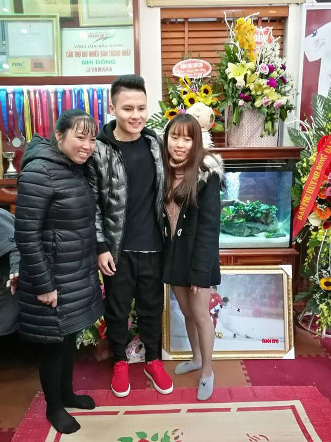 Người hùng Quang Hải bất ngờ bắt taxi, về nhà trong lặng lẽ - 4