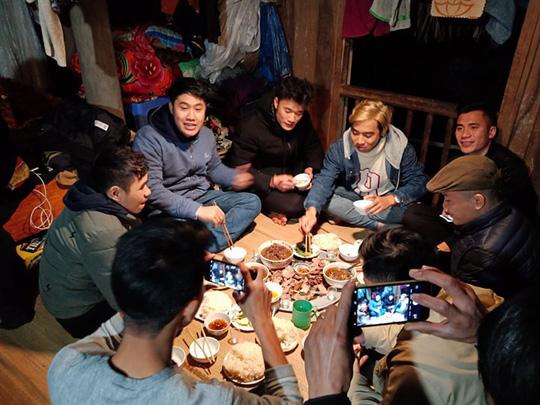 Video: Đầm ấm bữa cơm quê nhà trên nhà sàn của anh em Tiến Dũng