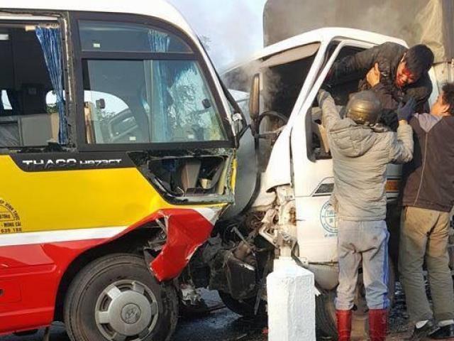 Xe tải đâm xe buýt, 2 người chết, 8 người bị thương