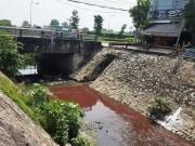 Tin tức trong ngày - Kinh ngạc với màu nước kênh gần sân bay Tân Sơn Nhất