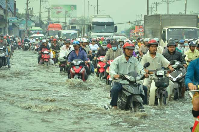 """TP.HCM: Triều cường vượt đỉnh, ngàn người """"chôn chân"""" trong biển nước"""