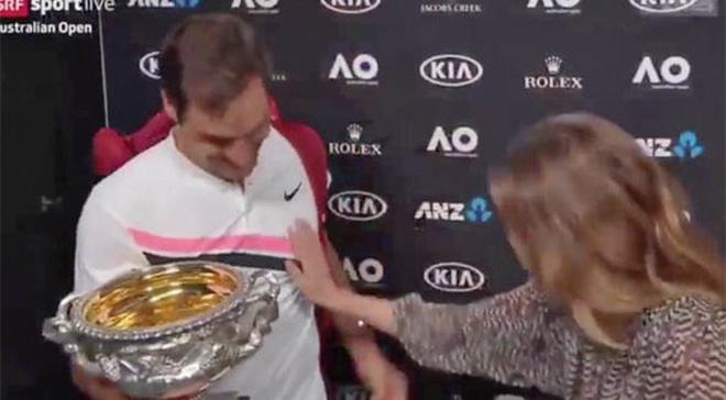 """Federer vô địch 20 Grand Slam ngớ người: Bị nữ nhà báo """"sàm sỡ"""" 1"""