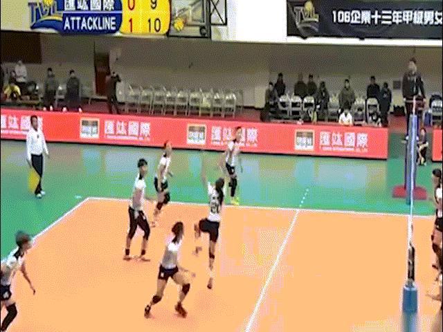 """Thanh Thúy 1m93 """"bóp nát"""" hàng chắn bóng chuyền ngoại: Rực sáng 214 điểm 2"""