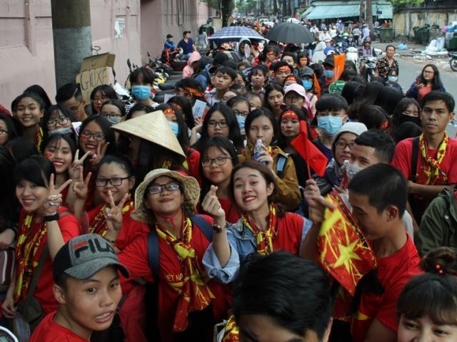 Vượt sông, người hâm mộ lên Sài Gòn giao lưu U23 VN - 13