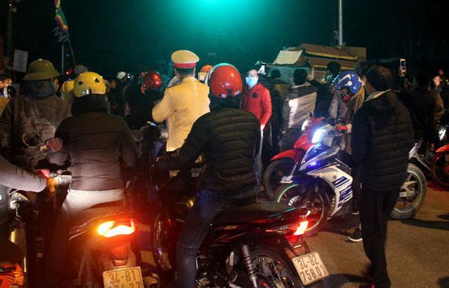 Vụ thanh niên nghi bị bắn khi đánh bạc: Hàng trăm người kéo đến trụ sở công an huyện - 5