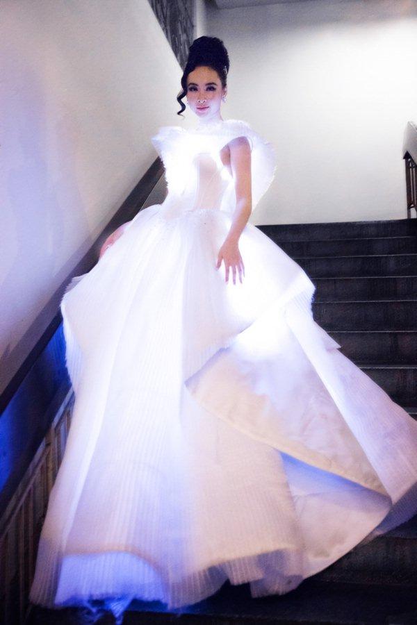 Angela Phương Trinh, Phạm Hương sáng nhất đêm nhờ chiếc váy kỳ diệu