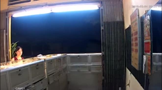 Clip: Trong vài giây, đập tủ cướp gần 3 lượng vàng!