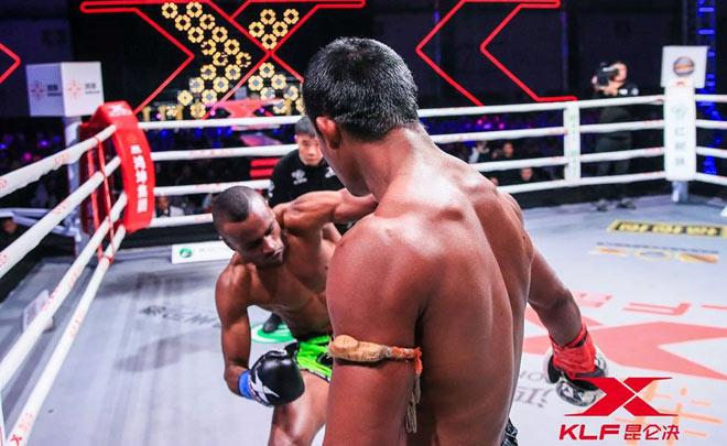 """Kinh điển võ thuật: """"Thánh Muay Thái"""" đấm gục nhà vô địch châu Âu sau 2 phút 3"""