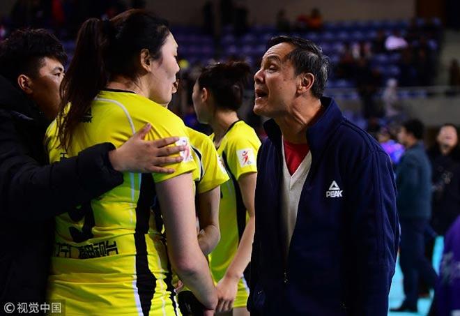"""Nổi điên: Nữ VĐV bóng chuyền Trung Quốc """"bật"""" thầy, chửi đồng đội 1"""