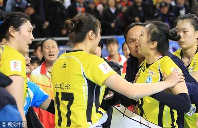 """Nổi điên: Nữ VĐV bóng chuyền Trung Quốc """"bật"""" thầy, chửi đồng đội 3"""