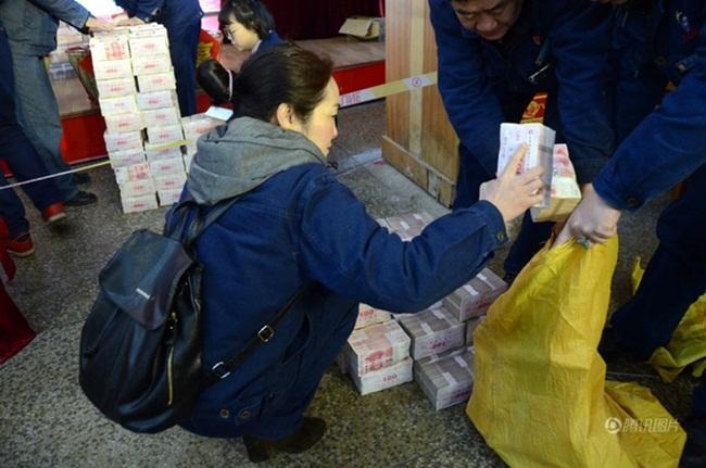 Công ty chi 579 tỷ thưởng Tết, nhân viên khệ nệ bưng từng bao tải tiền về nhà - 3