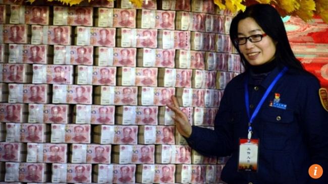 Công ty chi 579 tỷ thưởng Tết, nhân viên khệ nệ bưng từng bao tải tiền về nhà