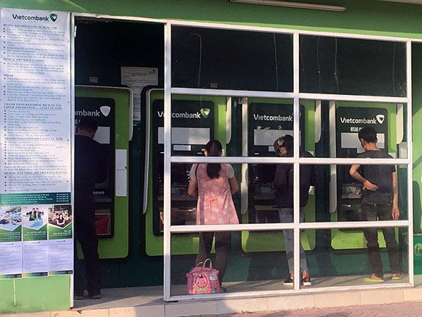 Ngân hàng ráo riết cung ứng tiền, giảm tải ATM dịp Tết - 1