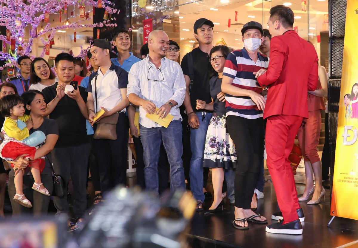 Hoài Linh xin lỗi vì mặc xuề xòa dự công chiếu phim Tết