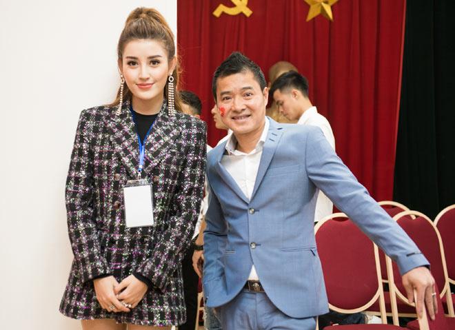 Huyền My khiến tuyển U23 Việt Nam ngại ngùng khi chụp hình - 6