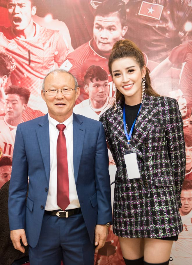 Huyền My khiến tuyển U23 Việt Nam ngại ngùng khi chụp hình - 7